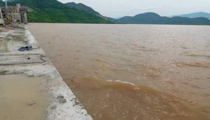 شاهد.. لحظة انسياب مياه النيل فوق الممر الأوسط لسد النهضة