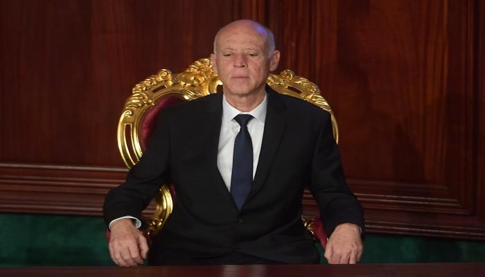 الرئيس التونسي يجمد البرلمان ويترأس السلطة التنفيذية ويهدد الرافضين بالرصاص